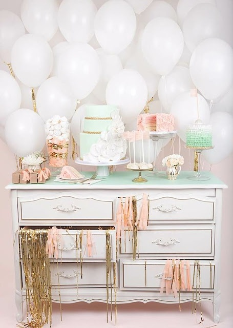Nos ENCANTA el fondo de globos, y la combinación de colores pastel con oro! / We LOVE the balloon backdrop, and the pastel colours with gold fringe!