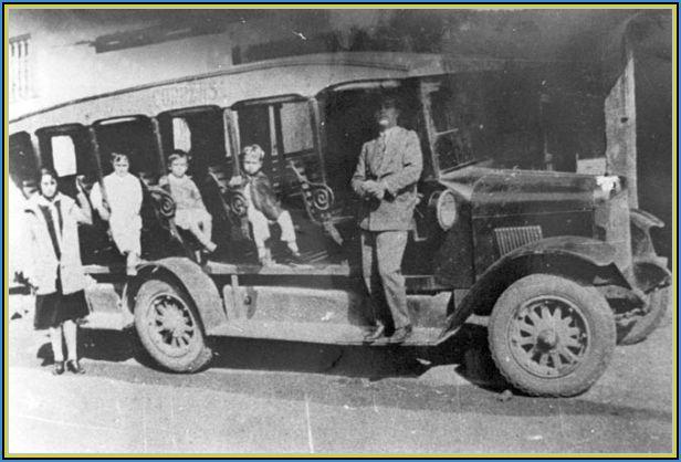 """Auto-bonde """"jardineira"""" com componentes estruturais e mecânica de caminhão. A carroceria não tinha janelas, os bancos eram de madeira, colocados transversalmente ao chassi (em esquema de plateia), e tinham capacidade para transportar 11 pessoas e o motorista, que também era o cobrador."""
