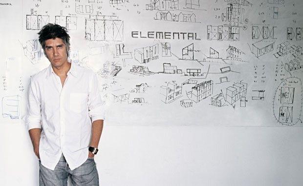 """Alejandro Aravena é o Pritzker de 2016! O prêmio, popularmente chamado de """"Oscar da arquitetura"""", chega num momento especial para Aravena: 2016 é também o ano em que ele será o curador da Bienal de Arquitetura de Veneza, evento mais importante da área. Clique na foto para saber mais"""