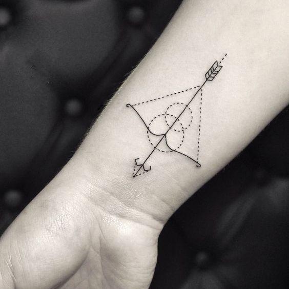 Tatuaje de arco y flecha.