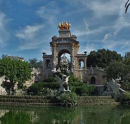 De Font de la Cascada - Het Parc de la Ciutadella is het grootste park van Barcelona en zeer populair onder de bewoners van de stad. Het dateert uit 1888 en herbergt een monumentale waterval, een vijver en een romantische tuin in Engelse stijl, omringd door twee met bomen omzoomde boulevards. Op het terrein bevinden zich ook verscheidene musea en de dierentuin van Barcelona.