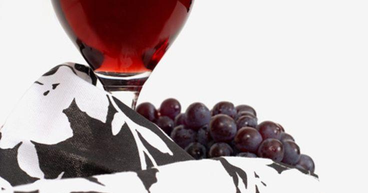 Como remover manchas de vinho tinto do tapete. Manchas de vinho tinto estão entre uma das mais difíceis de remover de móveis e tecidos. Uma vez que estas manchas vermelhas estiverem secas, elas podem se fixar profundamente nas fibras de um tapete e são geralmente difíceis de limpar. Porém, com algumas táticas simples e um pouco de paciência, é possível minimizar ou remover até as manchas de ...
