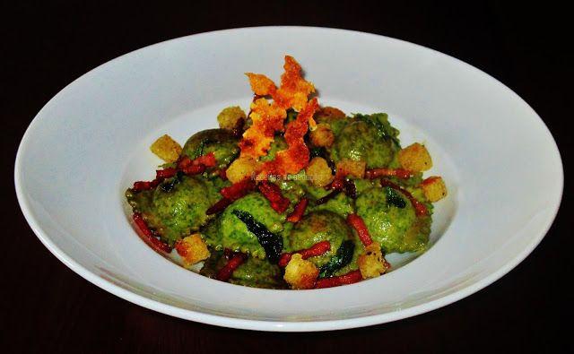 Alghe Ravioli con ricotta, spinaci ed erbe in salsa di burro e salvia(Ravioli de Algas com Ricotta, Espinafres e Ervas Aromáticas em Molho de Manteiga e Salva)