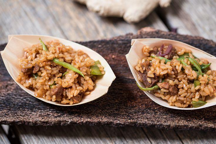 Il nasi goreng indonesiano è uno dei primi piatti veg più saporito e semplice dell'Indonesia! Il piatto indonesiano più conosciuto al mondo: il nasi goreng!