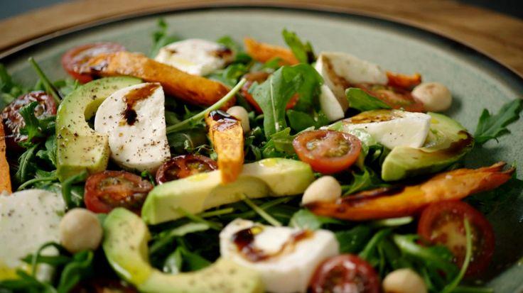Rucolasalade met buffelmozzarella, avocado en zoete aardappel | VTM Koken