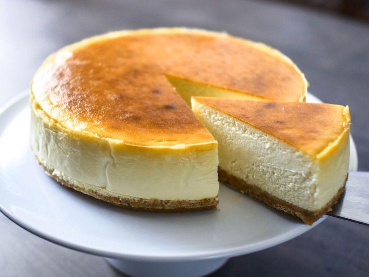細かいこと抜きにすべての材料を混ぜて型に入れ焼き上げるだけのシンプルな作り方なのに何度もリピートしたくなるニューヨークチーズケーキの作り方を紹介します。 ベイクドチーズケーキの起源は、ポーランドであるといわれています。 ベイクドチーズケーキは、ポーランドからのユダヤ系移民が持ち込んだレシピを元に、アメリカで発展しました。 そして、ニューヨークに移り住んだユダヤ人が作っていたお菓子だったのでニューヨークチーズケーキと呼ばれるようになりました。 ニューヨークチーズケーキはベイクドチーズケーキの中でもとりわけクリームチーズの割合が高く、粉類の量が少ないのが特徴です。ずっしりと重く濃厚でクリーミーなチ…