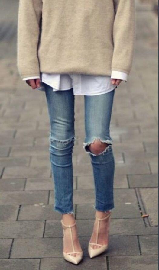 Nude stiletter + ljusa, tighta, slitna jeans + stor vit skjorta + beige, oversize kashmirtröja