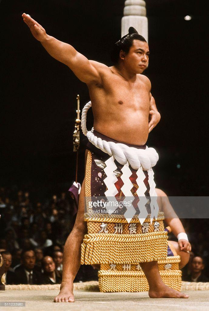 chiyonofuji-mitsugu-born-as-akimoto-mitsugu-appears-in-a-ceremony-a-picture-id511233980 (689×1024)
