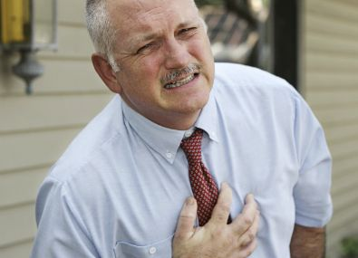 L'infarctus du myocarde se traduit principalement par une douleur à la poitrine : souvent très intense et violente, dans 50% des cas inaugurale, située au milieu du thorax derrière le sternum, dite « rétro-sternale ».