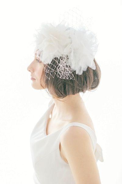ボブスタイルにコサージュをトーク帽のようにあしらって/Side|ヘアメイクカタログ|ザ・ウエディング