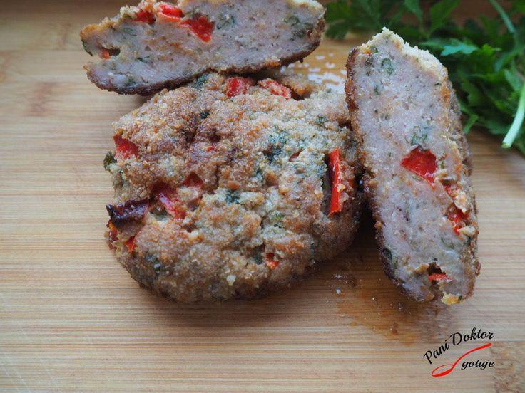 SKŁADNIKI 500 g mięsa mielonego 1 średnia papryka czerwona (pokrojona w kostkę) 1 pęczek pietruszki (drobno pokrojona) sól, pieprz, majeranek opcjonalnie kilka łyżek bułki tartej 1 jajko 1 łyżeczka…