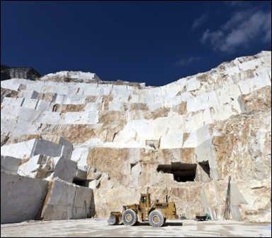 Cave granito - Presso lo stablimento di Ragoli, provincia di Trento, l'azienda effettua la segagione dei blocchi, la fiammatura delle lastre, la lucidatura ed ogni altra finitura richiesta dal cliente. L'attività estrattiva invece viene eseguita