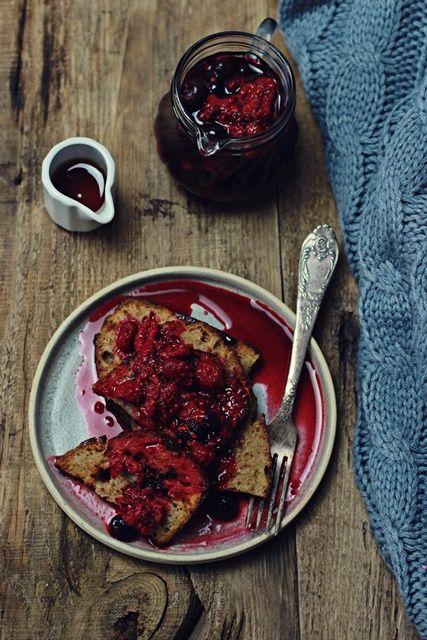 Wegańskie tosty francuskie - świetny sposób na czerstwe pieczywo i pyszne śniadanie w jednym! Sos owocowy osłodzi zimę na oknem! :-)