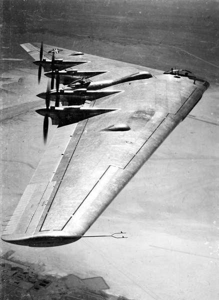 全翼型爆撃機ノースロップB35 米陸軍航空隊は1941年、米本土と欧州大陸を往復できる爆撃機の開発を始めた。当時、ナチ…