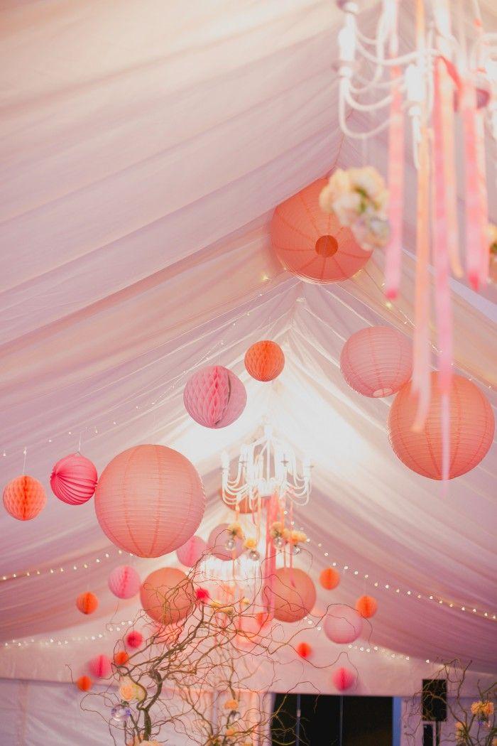 Ciel de lanternes pour décorer votre tente de mariage dans les tons pastels