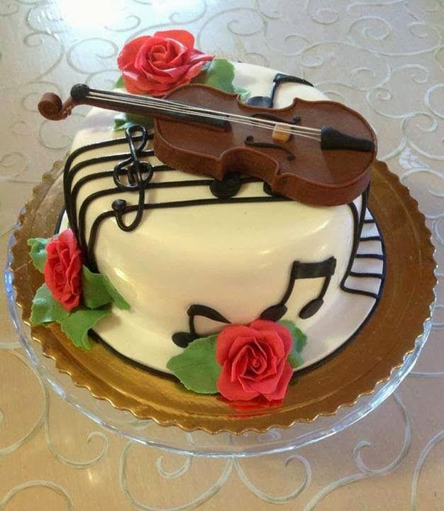 Tarta de cumpleaños decorada con violín y notas musicales