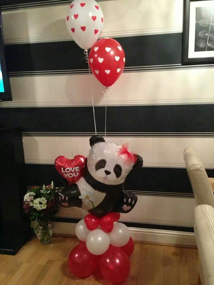 Idee pentru decoratiune Valentine's Day - folie figurina urs panda I love you (cod partycenter.ro 29354) - baloane latex albe si rosii (pentru baza) - 2 baloane polka dots umflate cu heliu