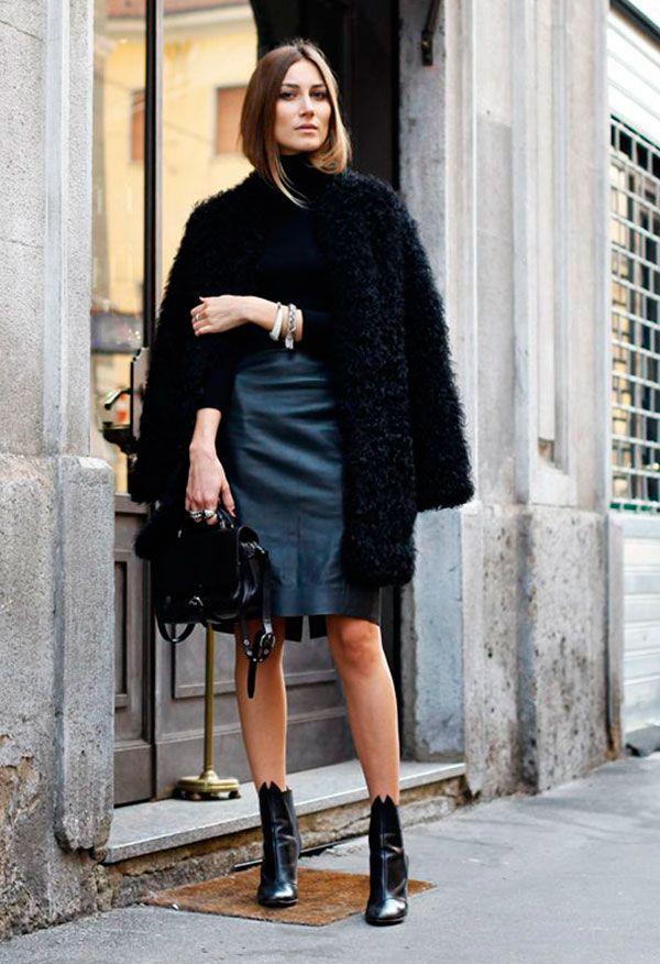 Saia lápis - Street style look com maxi casaco fluffy coat, saia lapis preta de couro e blusa preta.