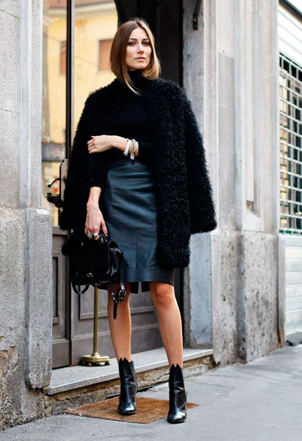 Street style look com maxi casaco fluffy coat, saia lapis preta de couro e blusa preta.