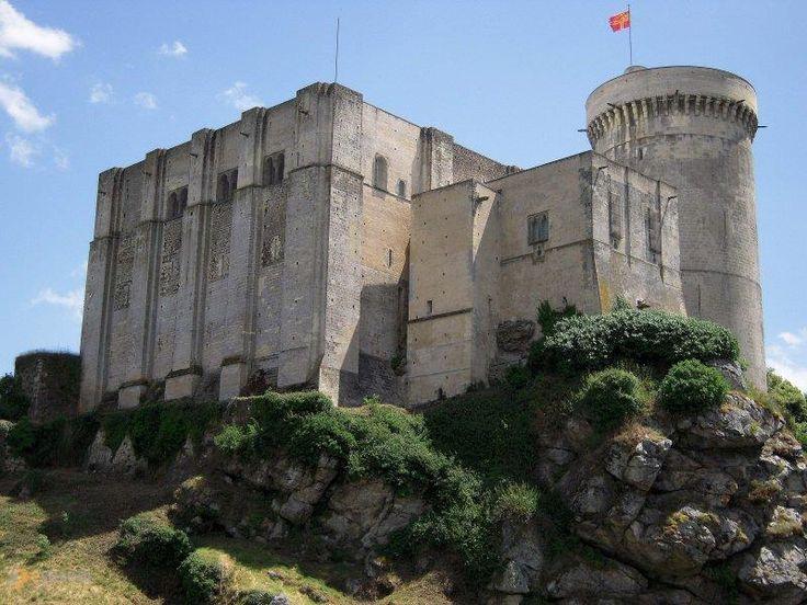 Замок Фалез – #Франция #Нижняя_Нормандия (#FR_P) Средневековый замок, в котором родился Вильгельм Завоеватель, завоевавший Англию. Открыт для туристов  ↳ http://ru.esosedi.org/FR/P/1000443272/zamok_falez/