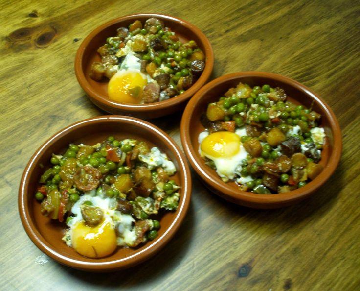 El tiempo entre cucharas: Cazuelitas de pisto, chorizo y huevo