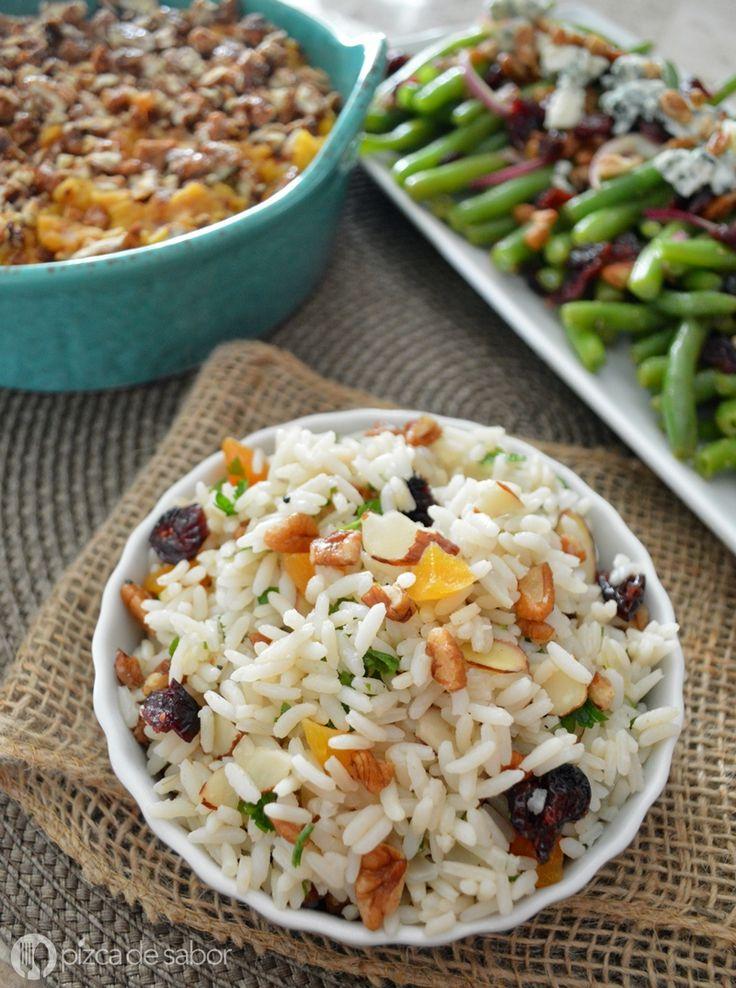 Arroz navideño con nuez, almendras, pasas o arándanos, chabacanos picados y perejil o cilantro. Muy fácil de preparar y queda delicioso!
