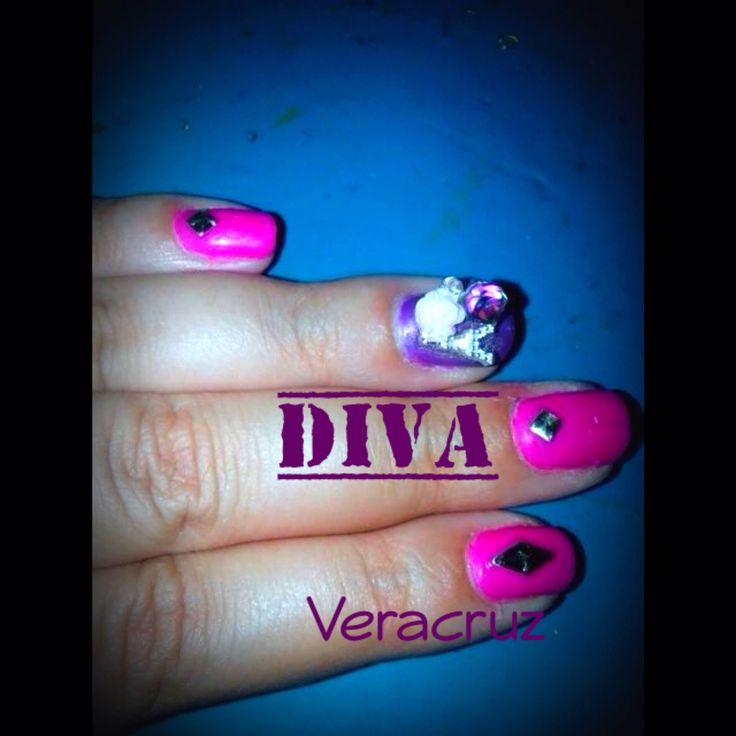 Uñas esmaltadas con gel color rosa y morado, decorado con #Bisuteria #TorreEiffel #Rosa #Morado #FN