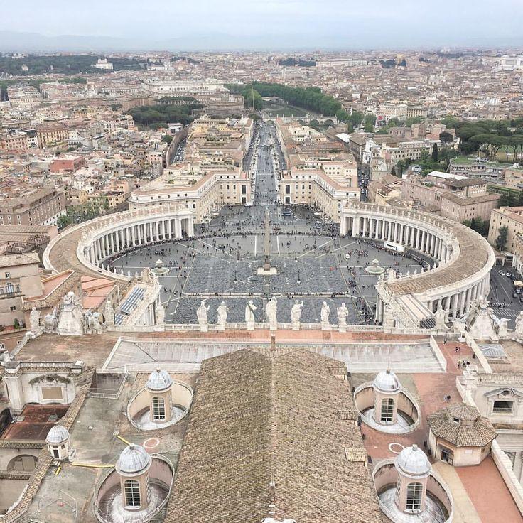 Ausblick auf Rom.  132 m hoch auf der Kuppel der Petersdom eröffnet sich ein grandioser Blick über die  ewige Stadt. Städtereise,  City Trip, Kurzurlaub  in Bella Italia