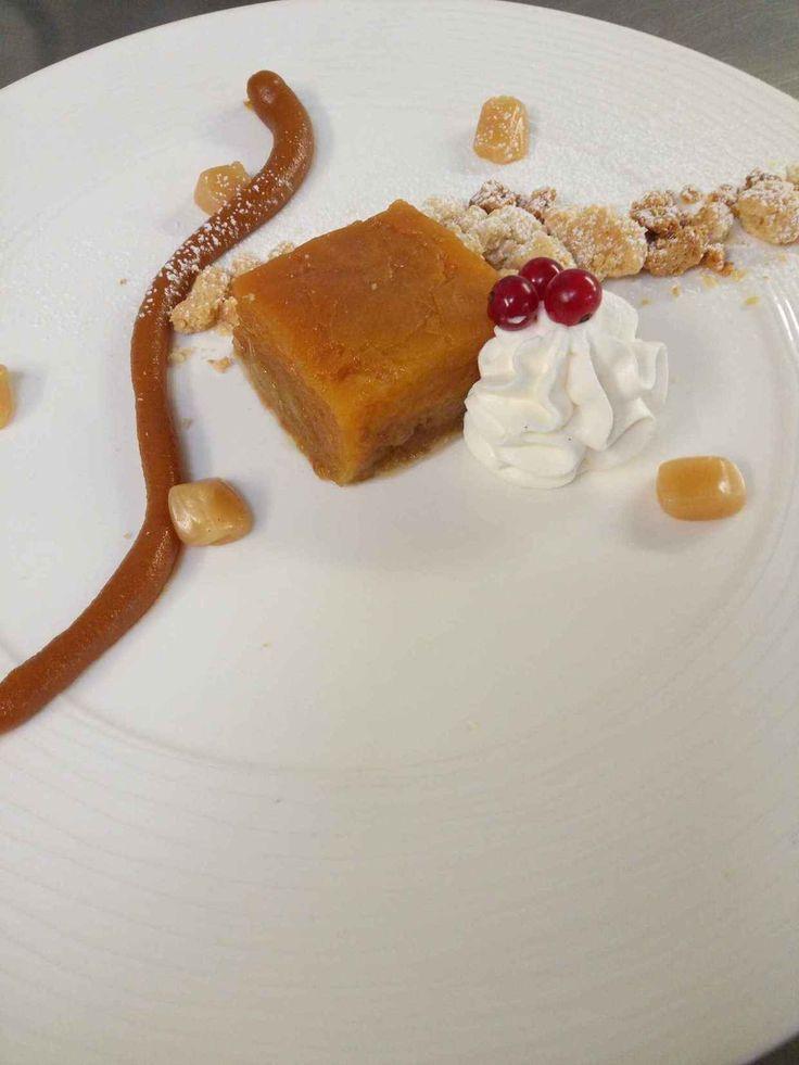 Photo de Pommes confites au safran, caramel en deux façons, streusel et chantilly mascarpone. Plat du restaurant Hôtel Restaurant de la Croix d'Or