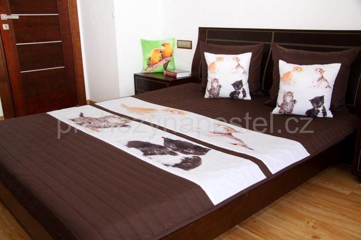 Hnědý dětský přehoz na postel s kočičkami