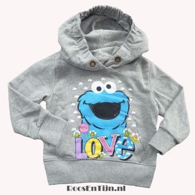 RELAUNCH sweater COOKIEMONSTER ! Je held van Sesamstraat op je trui ? Bij RELAUNCH vind je shirts en sweaters met al je grote helden ! Op de voorkant van deze trui prijkt Cookie Monster, in een leuke vintage print. De sweater is van soepele, zachte sweat in grijs gemeleerde katoen.  De capuchon is iets aangerimpeld voor een apart effect.