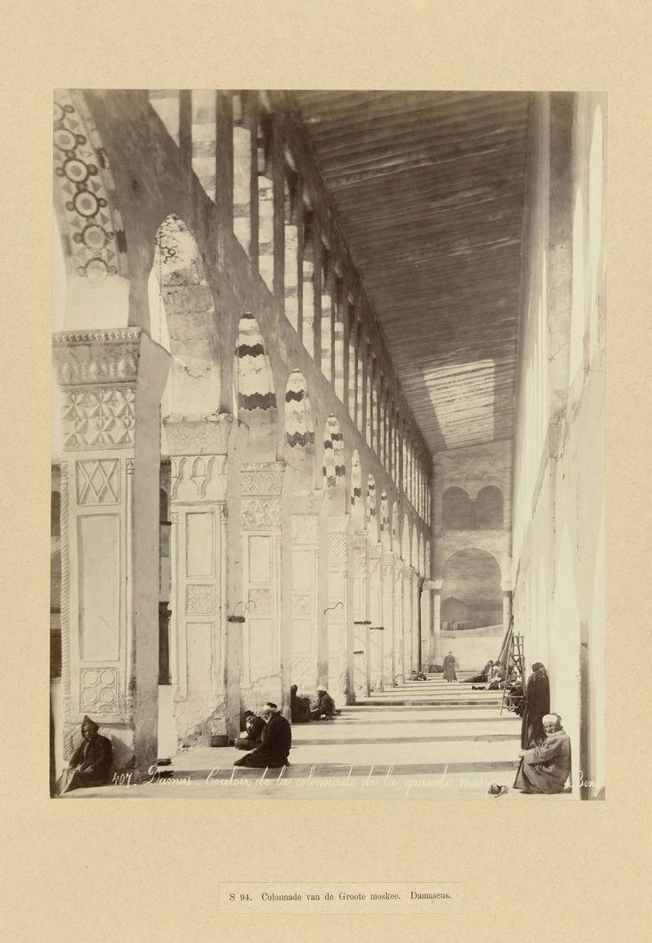 | S 94. Colonnade van de Groote moskee. Damascus, c. 1867 - c. 1876 | De hal van de collonade van de Omajjaden of grote moskee met een aantal mannen. De foto is onderdeel van de door Richard Polak verzamelde fotoserie van Syrië.