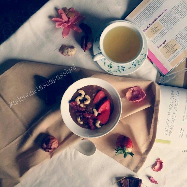 Porridge al cacao con fragoline ed anacardi
