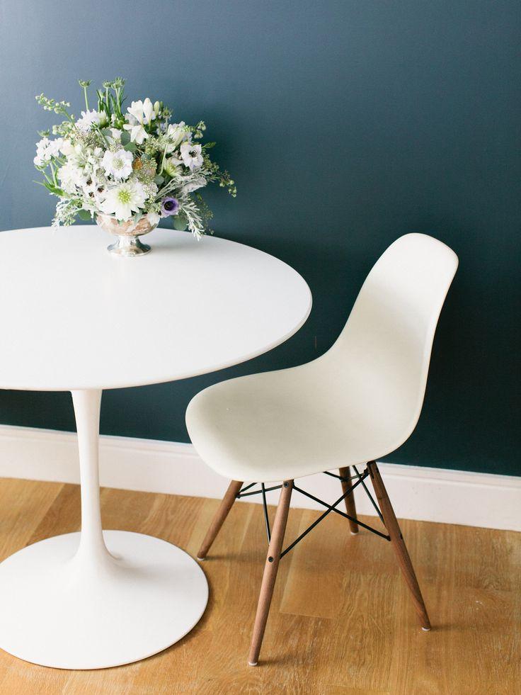 Dark blue wall crisp white trim white saarinen tulip for White plastic kitchen chairs
