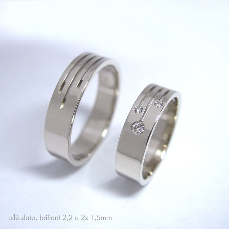 minimalistické snubní prsteny, bílé zlato snubní prsteny z bílého zlata (585/1000) široké 5mm, se třemi brilianty GH Si2 (1x 2,20mm, 2x 1,5mm), povrch dle přání- mat nebo lesk. Váha okolo 9gramů. Vnitřní rytina již v ceně.