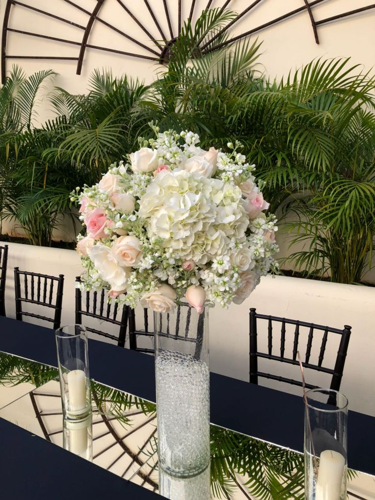 CBC438 tall centerpieces with light pink and white flowers/ centro mesa con flores blancas y rosas