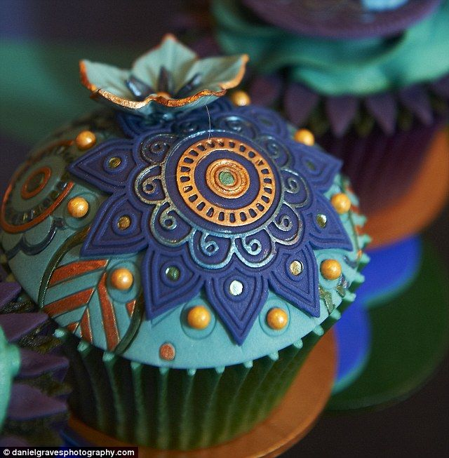 i like the geometric design that was incorporated in this cute cup cake!