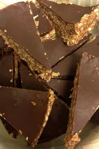 """Mmm…jul. 🙂 Honningkager, risengrød, varm kirsebærsovs, gløgg og chokoladekalendere. Og konfekt! Trekanterne her er i den sundere afdeling, men er faktisk """"bare"""" en pimpet udgave afsundtdadelsliksom jeg laver så ofte. De smager dog lidt af luksus havregrynskugler – dem der er overtrukket med chokolade. Havregrynene og kanelen gør dem til noget helt specielt dejligt.  Havregryns/dadeltrekanter med kanel overtrukket med chokolade 150 gram dadler uden sten 1 spsk kokosolie 30 gram mandl..."""