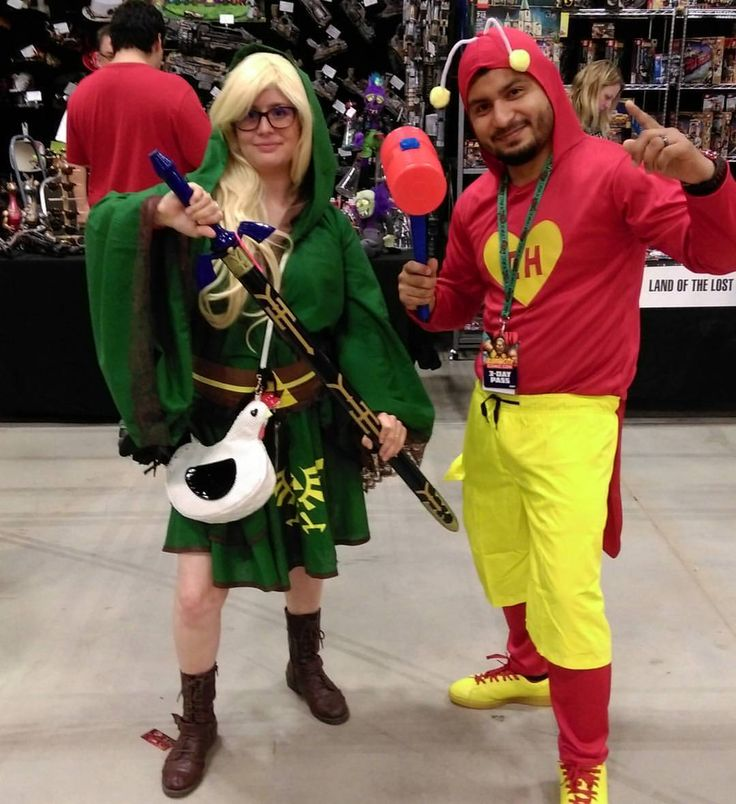 Catching up on more Friday cosplay from #ACCC2017! Rule 63 Link with adorable chicken purse and El Chapulin Colorado! #cosplay #alamocitycomiccon #cosplaylife #link #rule63 #legendofzelda...