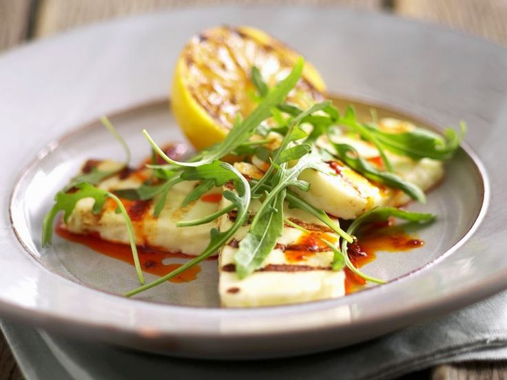 Marinierter Grillkäse (Halloumi) mit Rucola ist ein Rezept mit frischen Zutaten aus der Kategorie Käse. Probieren Sie dieses und weitere Rezepte von EAT SMARTER!