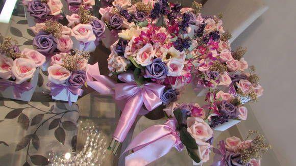 *Podem ser vendidos separadamente, basta informar quando fizer seu pedido e valores serão alterados por nós*  Kit valor R$ 550,99 corresponde ao seguinte: -20 vasinhso centro de mesa com 4 rosas e sempre vivas; -1 Bouquet noiva; -1 mini-bouquet.  Vasinhos centro de mesa medem 7x7 vaso branco MDF, lacinho cetim lilás, com 4 rosas em e.v.a. material perfeito e fino como uma rosa natural!nos tons rosê,rosa e roxo  Bouquet noiva em e.v.a nos tons rosê,rosa-bebê,lilás e roxo, mini lírios roxos…