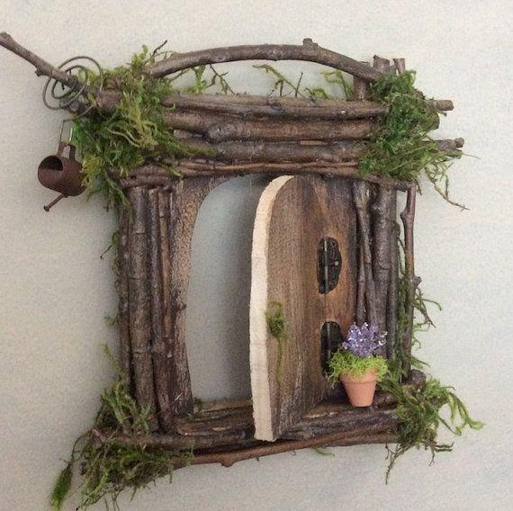 Bezaubernde Fee Tür von Olive ~ skaliert, mit den meisten Feen zu arbeiten! Öffnen die Tür, Scharniere der Weymouthskiefer Faser (stark), Swarovski Crystal Türgriff. Jeweils eine Art! ~ Dieses Angebot gilt nur für Fairy Door, sehen andere Inserate Gießkanne, floral Pflanzer und Märchen! Durchschnittliche Maße sind 6 H von 5 W Olive Natur Folklore unter folgenden Suchbegriffen zu finden: Märchen-Garten-kit Cicely Mary Barker Flower Fairy Zubehör Miniaturen für Märchen-Gärten Märchen-Garten...