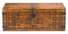 Arcón hispano-colonial en roble con incrustaciones en madera tintada, del siglo XVIII