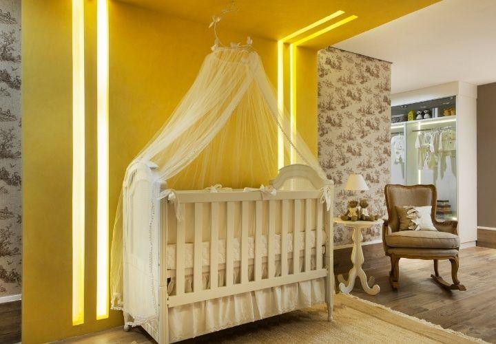 O Quarto do Bebê é um projeto de Thaline Queiroz, Luciano Dourado e Maria Fernanda Piccoli. O painel amarelo vivo e a iluminação embutida no gesso dão vivacidade ao espaço com base neutra. Casa Cor MS 2014.