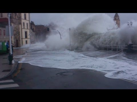 Video von Santiago Miyares Gonzalez Textquelle: @WetterOnline Uferpromenade unter Wasser Nicht nur nasse Füße holen sich Schaulustige an der Uferpromenade von San Lorenzo Gijon in Nordspanien, als das Meer plötzlich höher als erwartet über die Kaimauern schlägt ...
