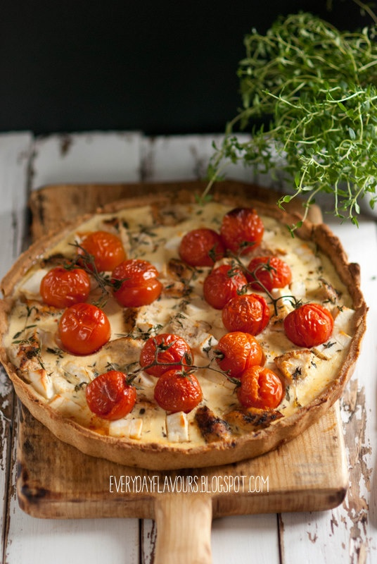 Tarta z kurczakiem, kozim serem i pomidorami