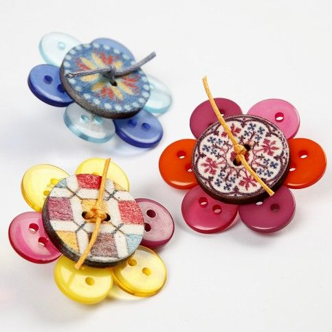 Este lindo e diferente broche de flor de botões pode ser usado crianças e também por adultos, para divertir o look, deixando-o mais colorido. Mas se você
