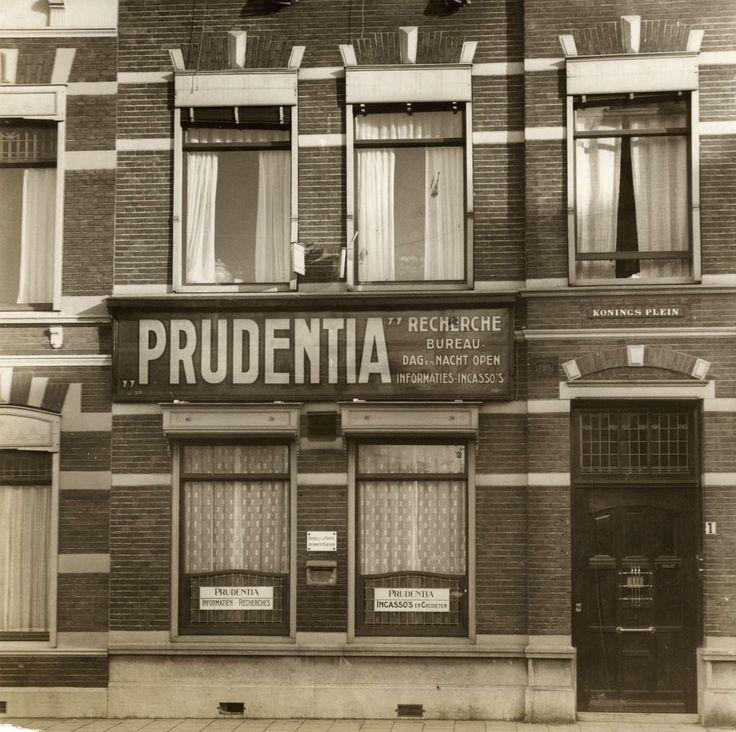 Detectivebureaus. Haags bureau Prudentia voor recherche en informatie aan het Koningsplein. Op het raam een bord dat ze ook in 'incassos en credieten ' doen. Nederland, Den Haag, 1926.
