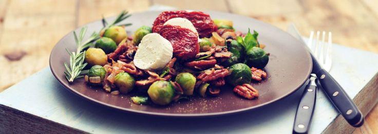 Spruitjes met pecannoten en rozemarijn. Het is een vegetarisch spruitjes recept dat ook nog eens heerlijk smaakt!