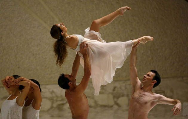 Italian disabled dancer Simona Atzori (top) performs, before a special audience with disabled athletes led by Pope Francis, in Paul VI hall at the Vatican October 4, 2014. REUTERS/Tony Gentile